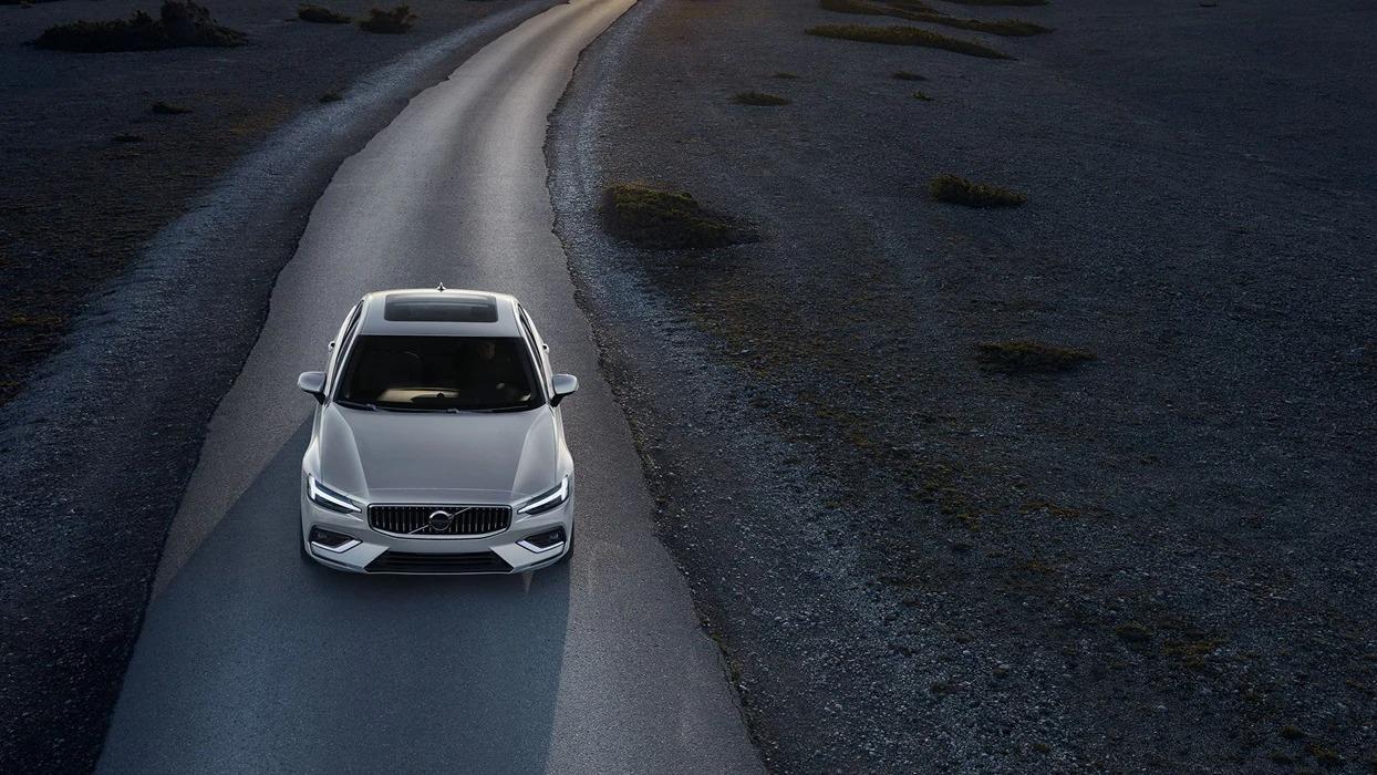 붉은색 배경 속 빨간색 볼보 S60 앞쪽 외관