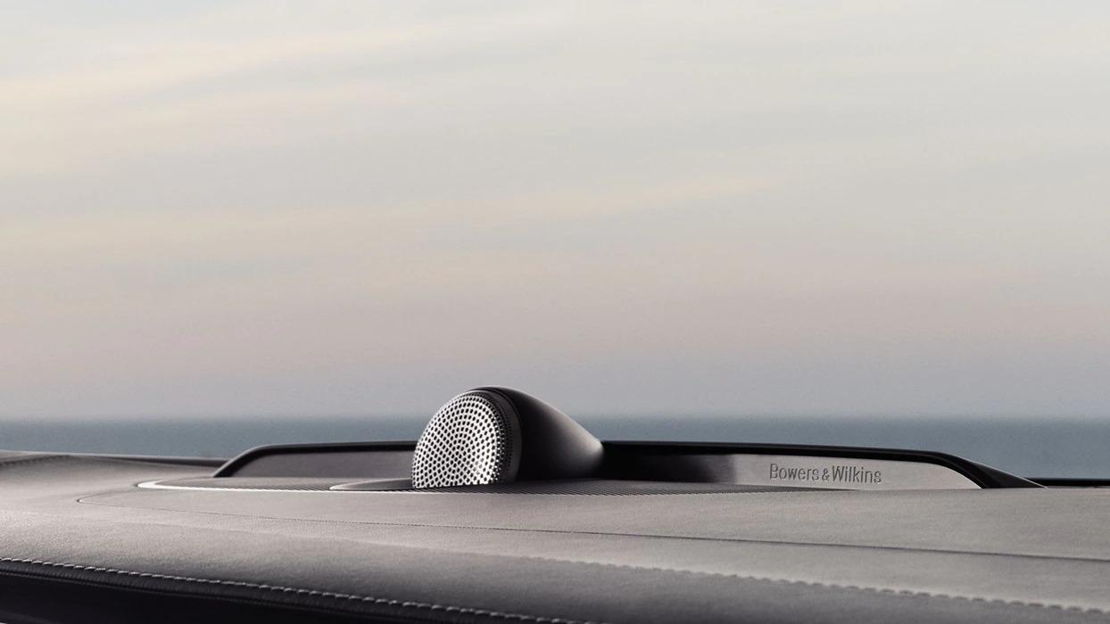 붉은색 배경 속 빨간색 볼보 S60 뒷면