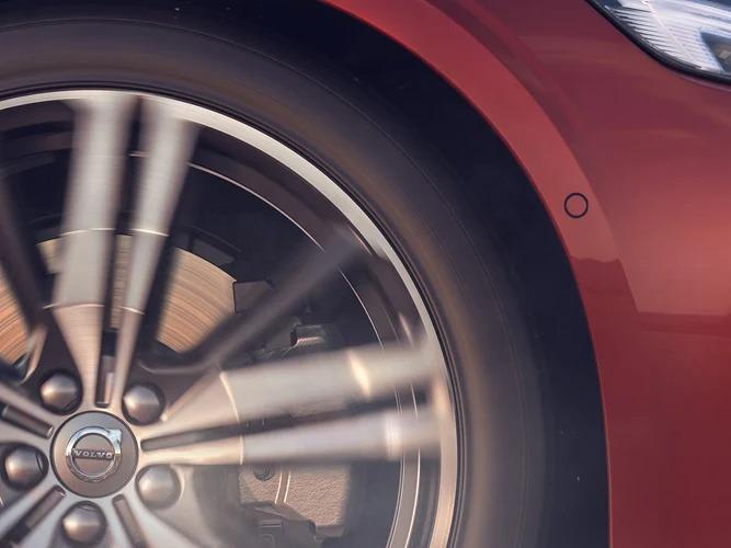빨간색 Volvo S60 바퀴 근접샷