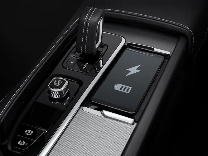 운전중에도 스마트폰 전용 공간에서 무선으로 간편하게 충전할 수 있습니다.