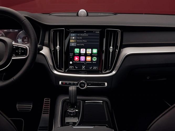 중앙 디스플레이에 스마트폰 통합 기능을 보여주는 볼보 S60의 내부.