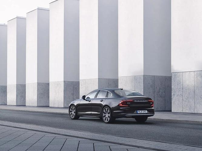 거리를 주행하는 Volvo S90 Recharge