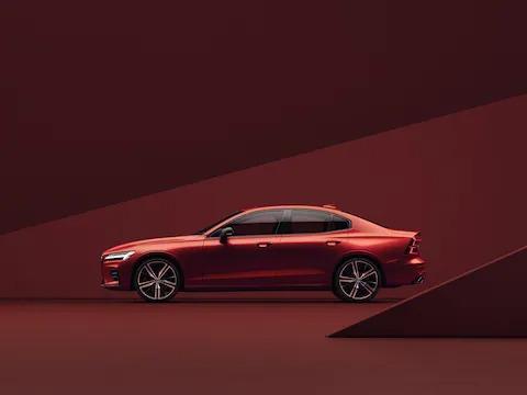 레드 Volvo S60가 붉은색 배경에 주차되어 있는 모습