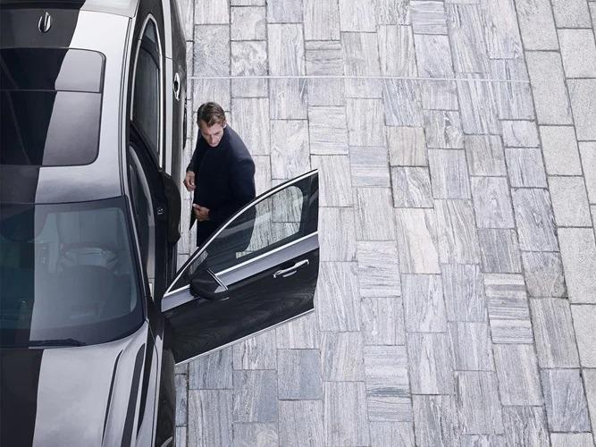 Volvo S90 뒷좌석에 앉은 남성