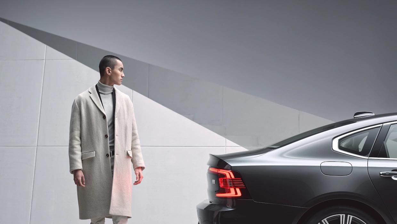 라이트 베이지색 인테리어를 갖춘 Volvo S90 내부