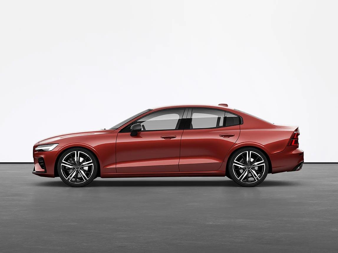 레드 Volvo Sedan S60이 스튜디오의 회색 바닥에 세워져 있습니다