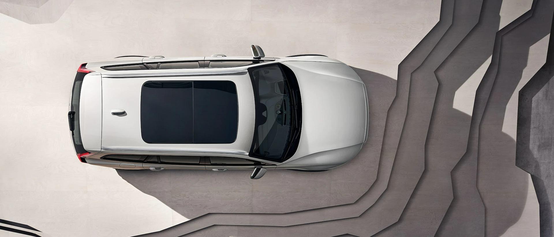 파노라마 루프가 장착된 베이지 Volvo V60 크로스 컨트리