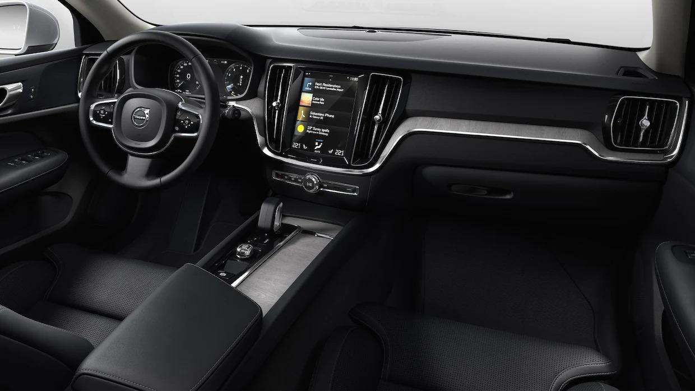 볼보 V60 크로스 컨트리의 운전자 좌석 및 중앙 콘솔.