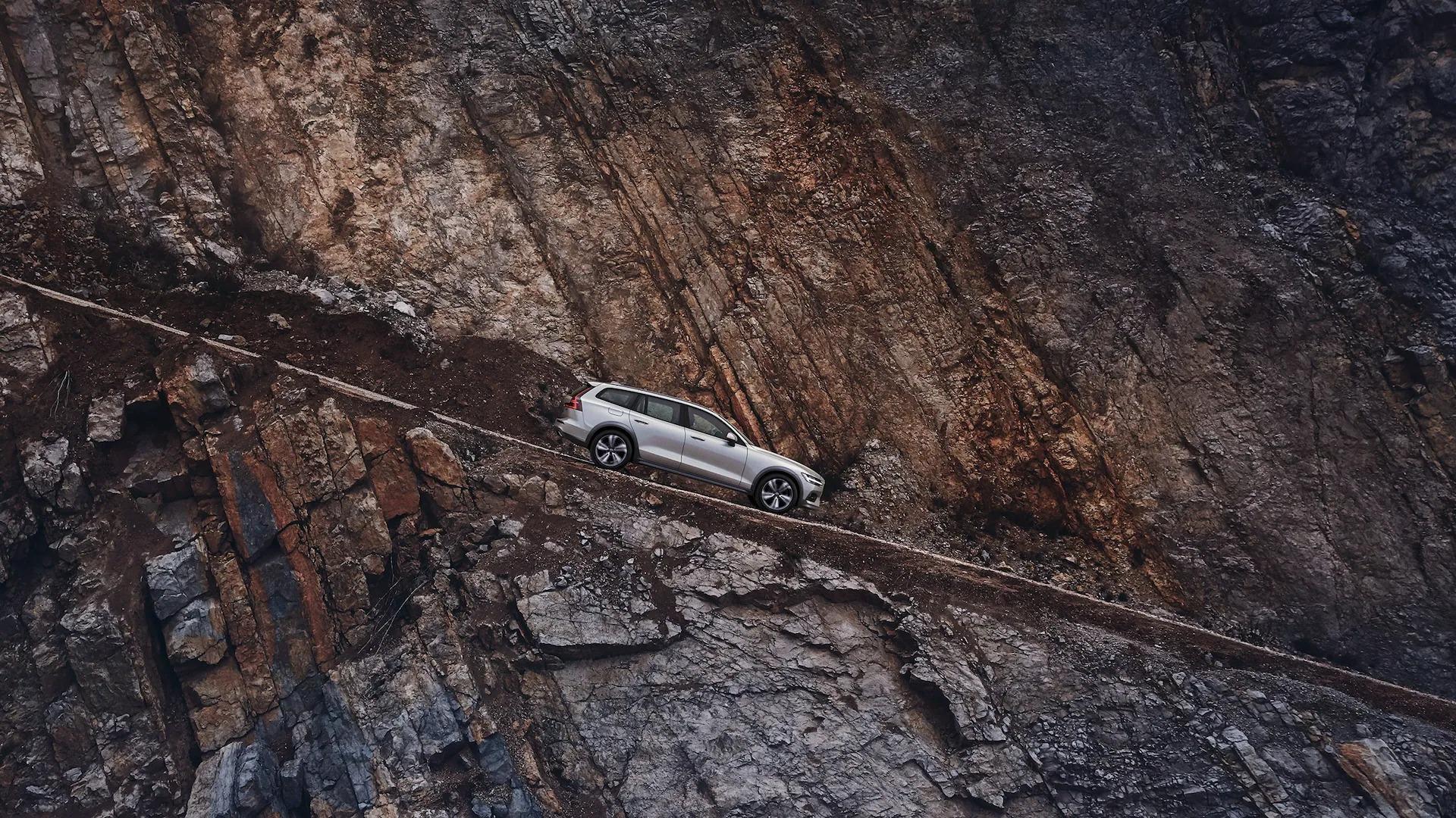 산악 도로를 주행하는 Volvo V60 크로스 컨트리