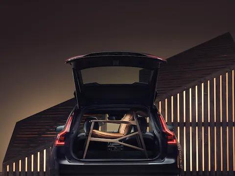 Volvo Estate 트렁크 공간이 갈색의 우아한 안락의자로 채워져 있습니다