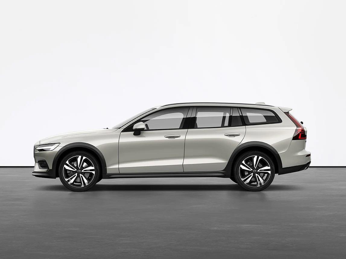 버치 라이트 Volvo V60 Cross Country Estate가 스튜디오의 회색 바닥에 세워져 있습니다