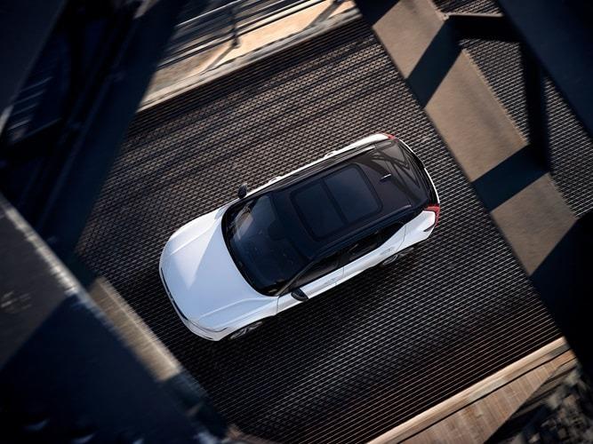 흰색 XC40 개방형 파노라마 지붕.