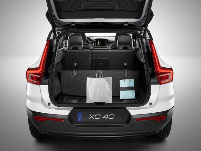 볼보 XC40의 적재함 바닥이 쇼핑백 홀더로 변형되었습니다.