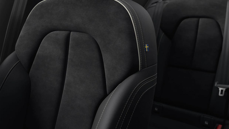 대조적인 색상의 스티치가 있는 XC40의 어두운 좌석.