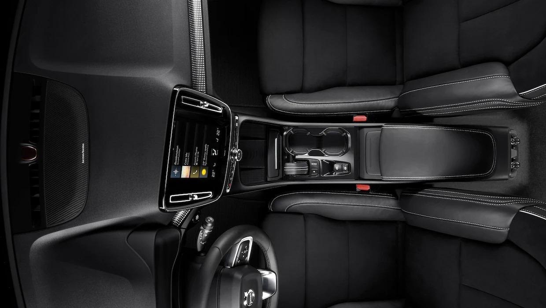XC40의 운전자 위치, 센터 콘솔 및 기어 시프터의 오버헤드 내부 이미지.