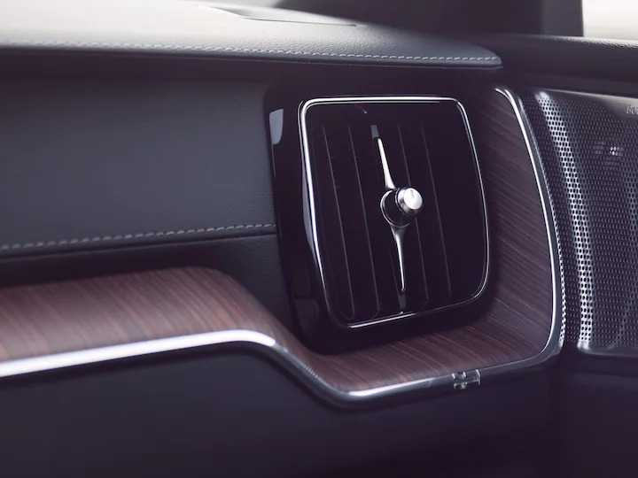 XC60 리차지의 첨단 에어 클리너는 고객님과 승객들이 더 좋고 건강한 공기를 즐길 수 있도록 도와줍니다.