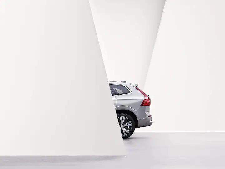 레더-프리 울 혼방 시트가 장착된 XC60 리차지의 전면 인테리어 디자인입니다.