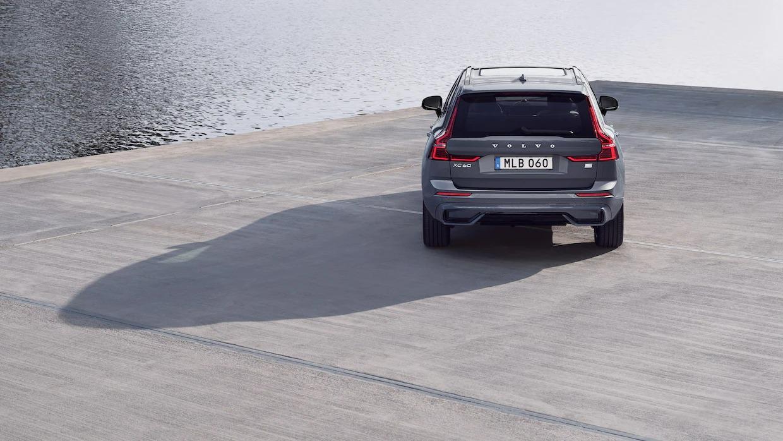 콘크리트 부두에 주차된 볼보 XC60 리차지 후면도.