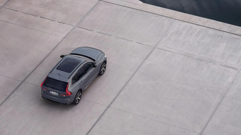 실외 주차 공간에 있는 볼보 XC60 리차지를 높은 위쪽에서 바라본 모습.