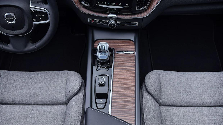 볼보 XC60 리차지 앞쪽 시트 및 중앙 콘솔을 위에서 바라본 전망.
