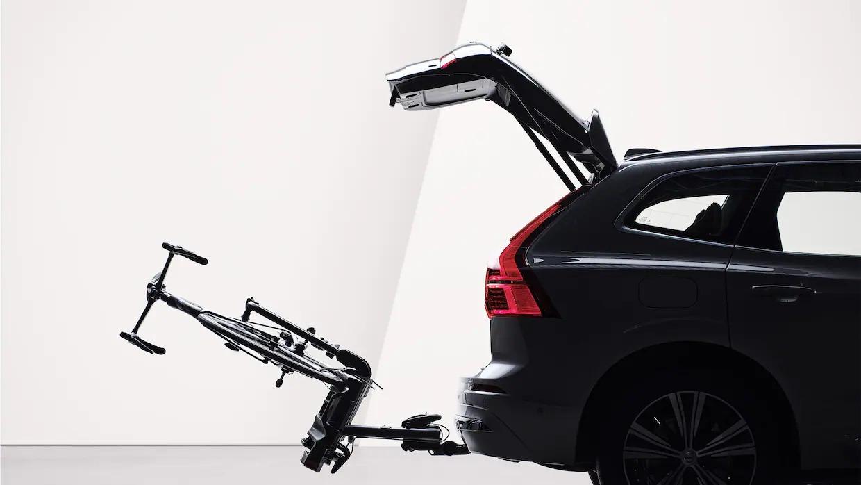 열린 테일게이트와 토우바로 부착된 자전거 홀더가 XC60 리차지의 후면에 접혀 있습니다.