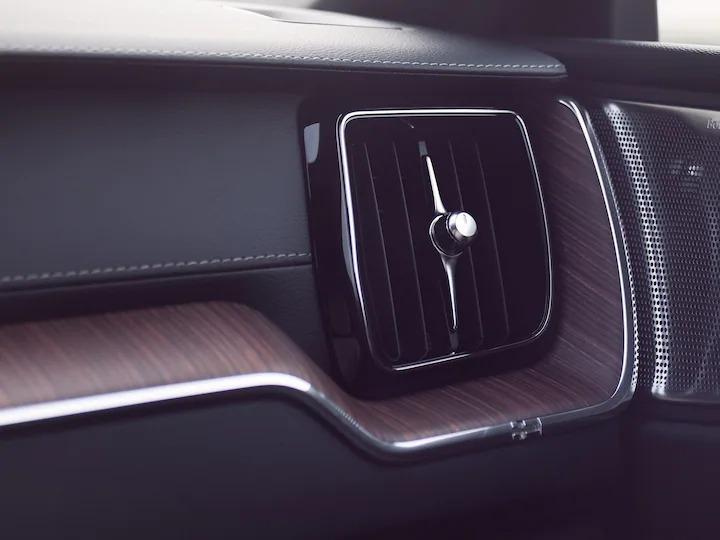 볼보 XC60의 첨단 에어 클리너는 승객들이 한결 나은 품질의 건강한 공기를 즐길 수 있도록 도와드립니다.