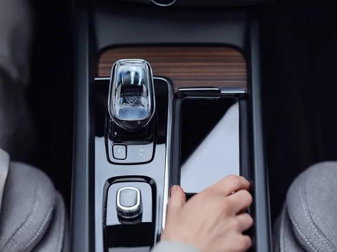 볼보 XC60 내부의 호환 기기를 위한 무선 고속 충전 기능을 갖춘 전용 스마트폰 스토리지 공간입니다.