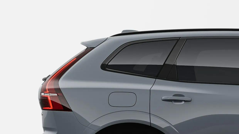 짙은 회색 볼보 XC60의 뒷면 부분.