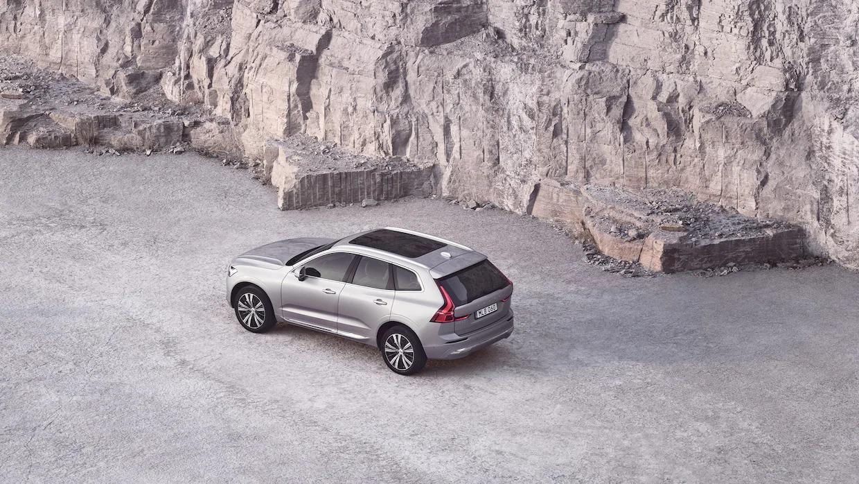 암벽 옆에 있는 파노라마 루프의 은색 볼보 XC60.