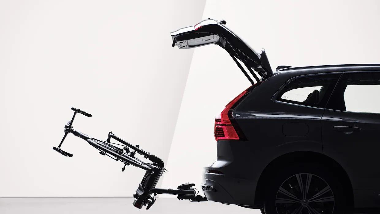 열린 테일게이트와 토우바로 부착된 자전거 홀더가 XC60의 후면에 접혀 있습니다.