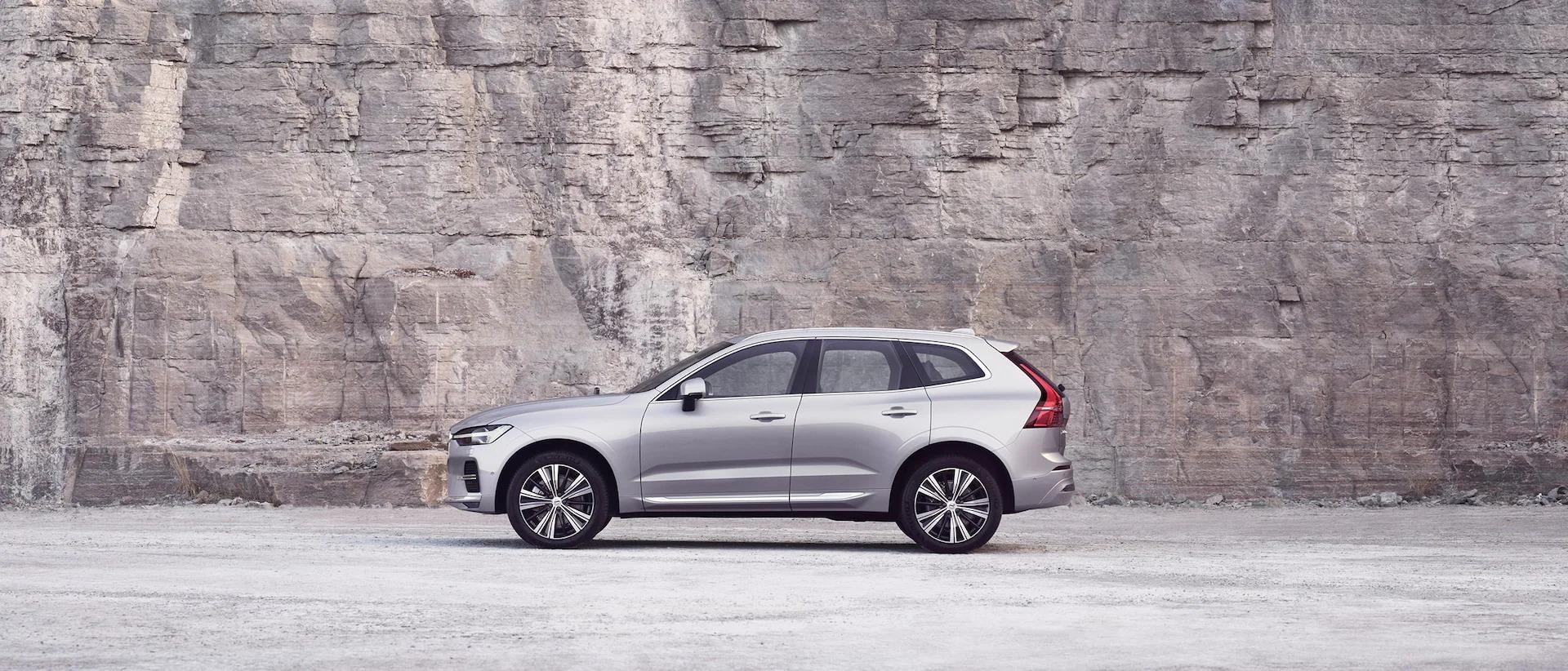 화이 Volvo XC60가 검은색 배경에 주차되어 있는 모습