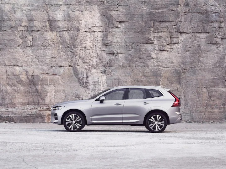 암벽 앞에 서 있는 은색 볼보 XC60.