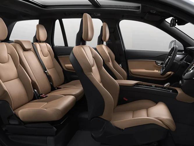 7인승 및 6인승 XC90 SUV는 안락한 승차감을 위해 세 번째 열에 개별적인 두 개의 좌석을 갖추고 있습니다