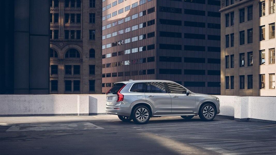 옥상 주차장에 정차된 XC90 측면도.