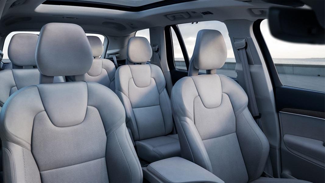 밝은 회색 좌석의 XC90 실내.