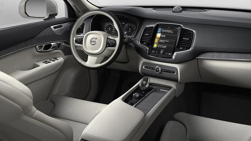 후방에서 바라본 XC90의 운전자석, 디스플레이, 중앙 콘솔.