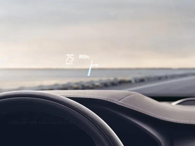 볼보는 헤드업 디스플레이 앞유리에 주행 속도 및 내비게이션을 표시합니다.